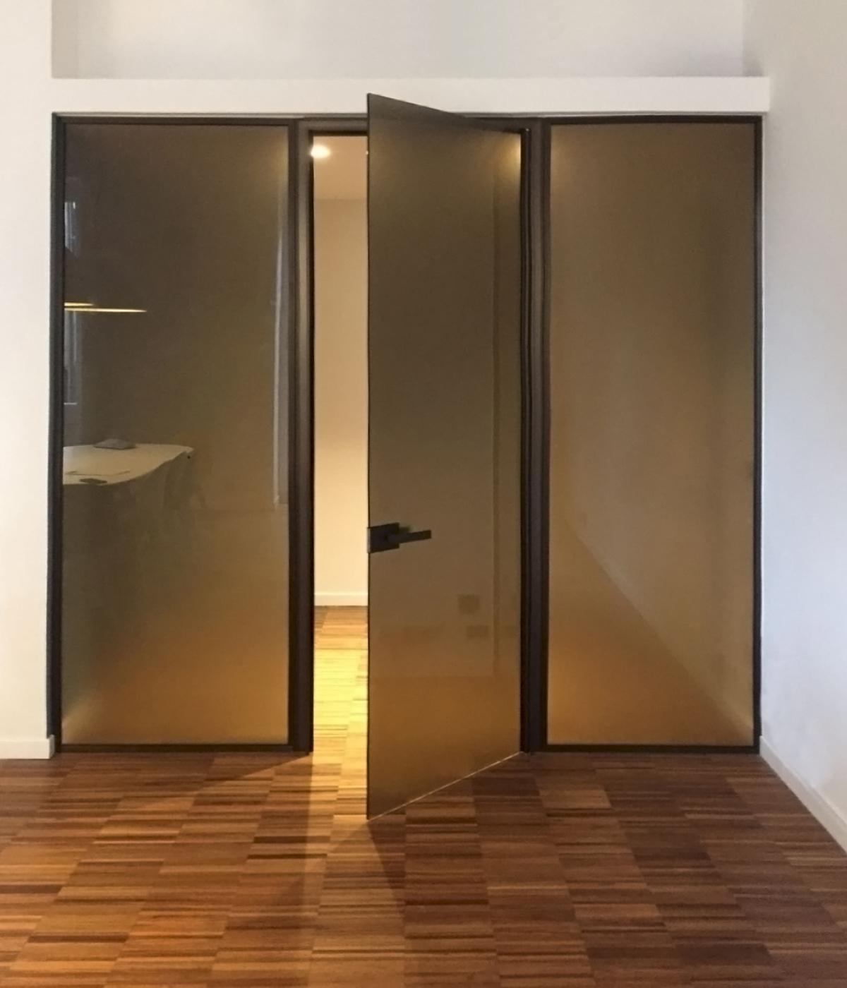 Parete Divisoria Con Porta Scorrevole pareti divisorie in vetro con porta a battente | henry glass